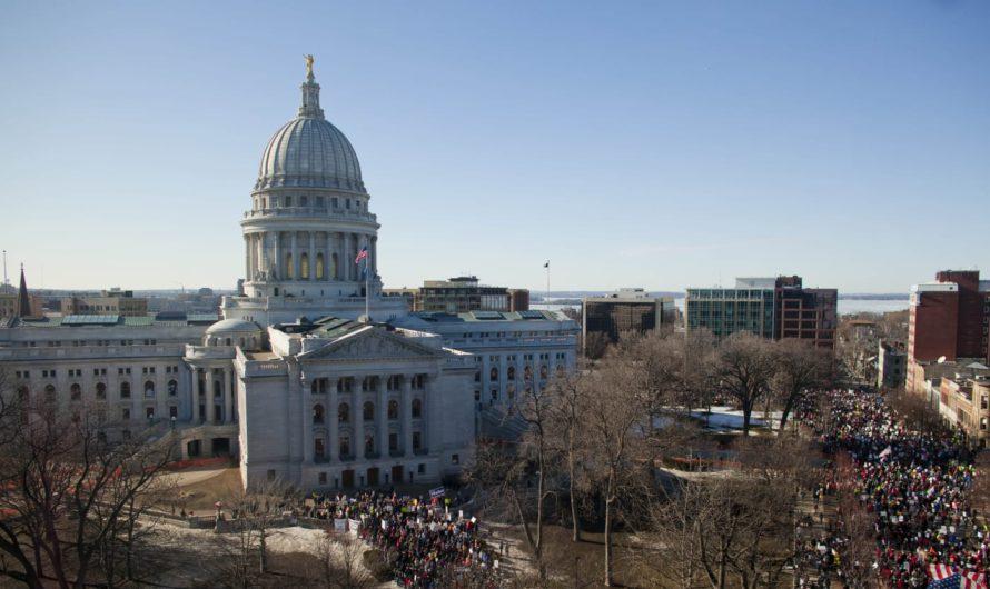Более 1000 протестующих штурмуют Капитолий штата Висконсин