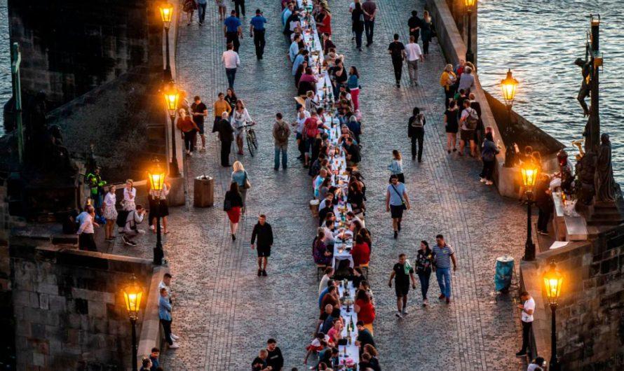 Чехи празднуют окончание блокировки с гигантской вечеринкой в Праге
